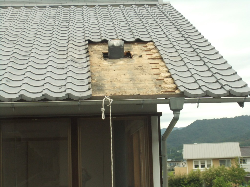既設屋根瓦及び瓦桟撤去